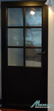 Puerta negra con vidrio repartido