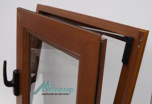 Abertura de aluminio color madera